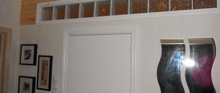 Bad med fliser på gulv og panel på vegg